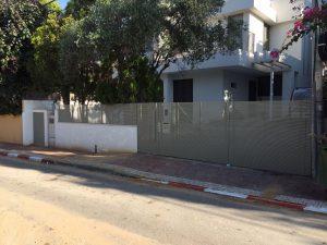 שער אוטומטי בכניסה לבית פרטי
